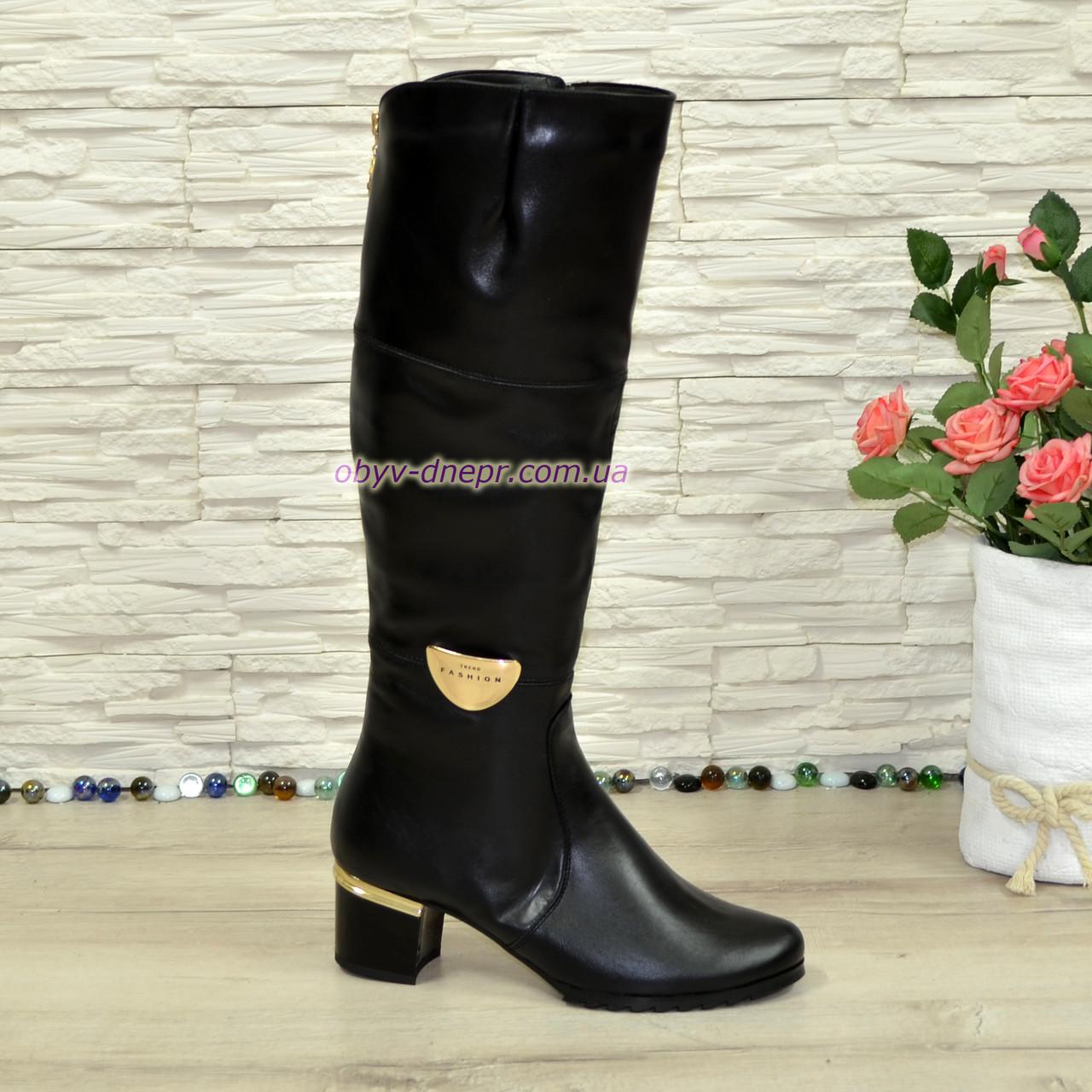 Женские зимние кожаные сапоги, декорированы брошкой, каблук устойчивый.