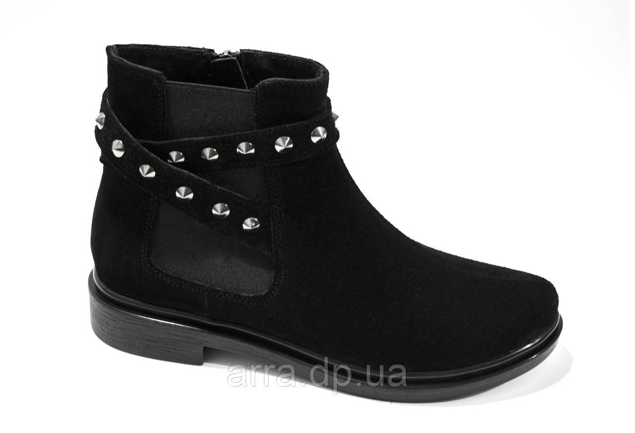 Замшевые ботинки с заклепками