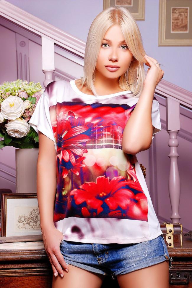 """Вільна жіноча біла футболка з коротким рукавом і квітковим принтом Червоні айстри """"Air"""""""