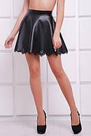 Расклешенная мини юбка из экокожи с перфорацией черная