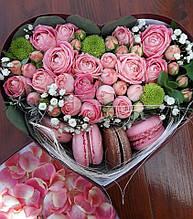 Коробка-сердце с розой и макаронс