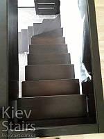Поворотный каркас лестницы с деревянными тёмными тонированными ступенями