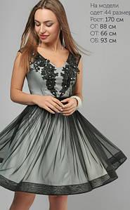 Стильное коктейльное платье с сеткой и жемчугом