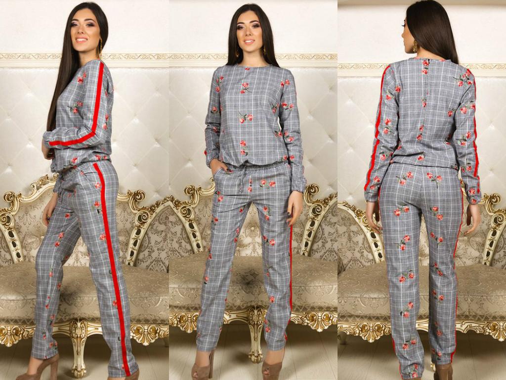 Стильный костюм: кофта и штаны в клетку, декорированные оригинальной цветочной вышивкой