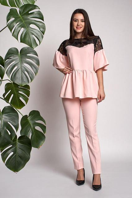 Стильный розовый костюм из классических брюк и блузы с рюшами и кружевом b30e9d5af20