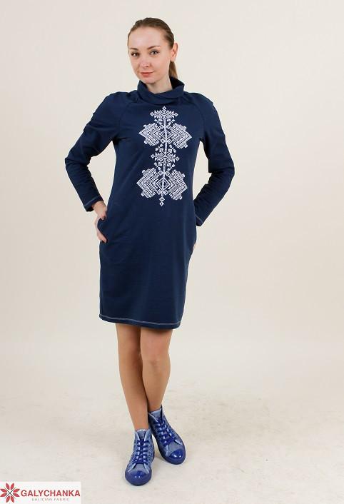Стильное молодежное платье воротник-хомут с вышивкой