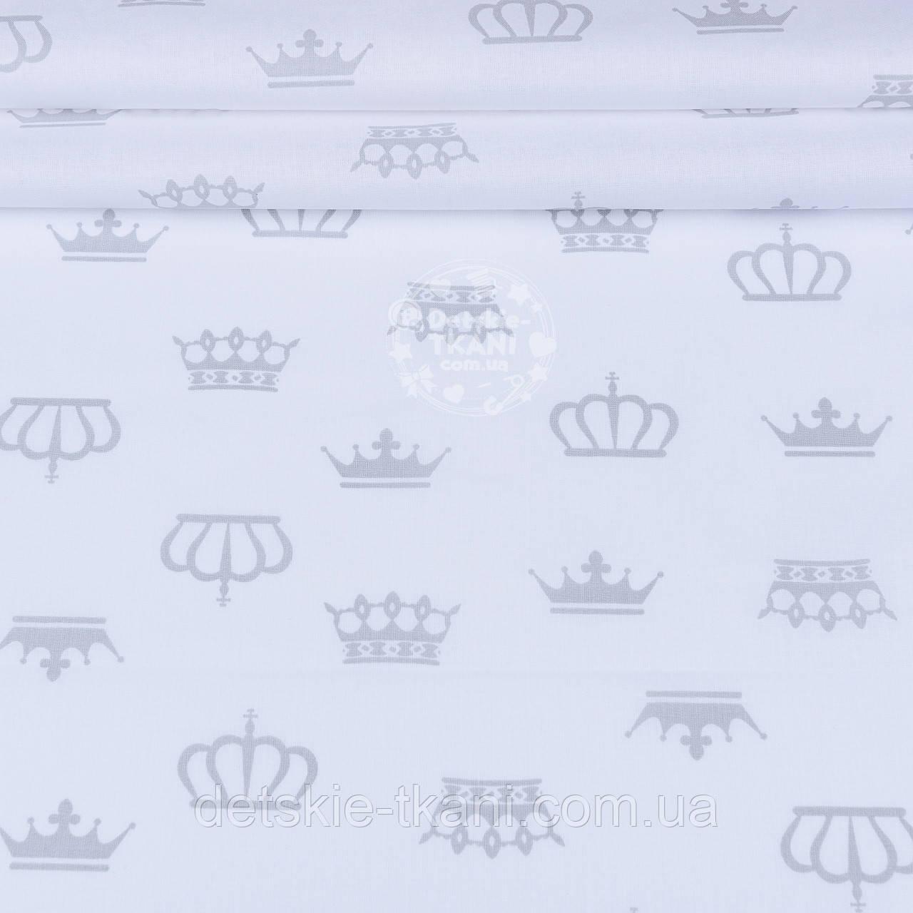 Ткань ранфорс шириной 220 см с серыми коронами на белом фоне (№1216)