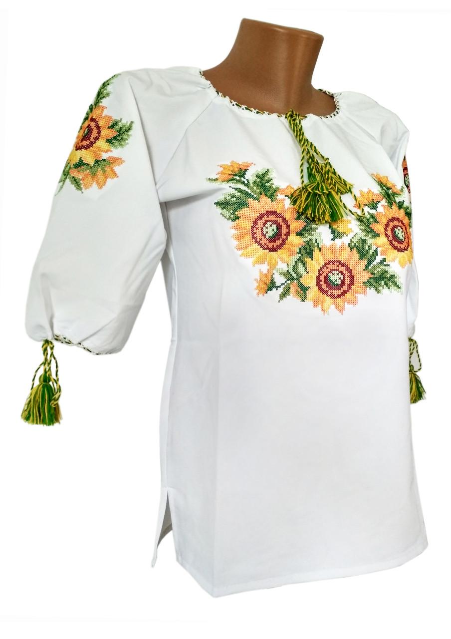 Етнічна жіноча вишиванка у білому кольорі на короткий рукав із квітковим орнаментом
