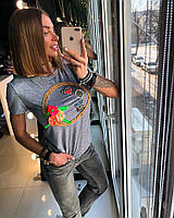 Женская трикотажная футболка с цветами из ткани и нашивками