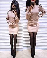 Женское платье с открытыми плечами украшено кружевом