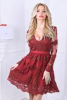 Шикарное декольтированное платье беби-дол с длинными рукавами из гипюра