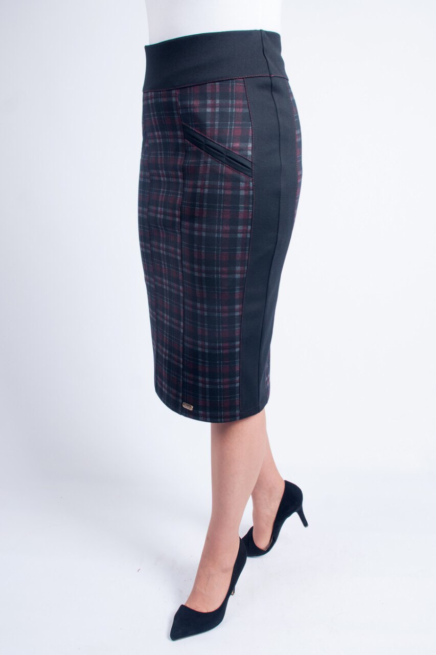 Черная приталенная юбка увеличенных размеров, с клеточкой бордового цвета