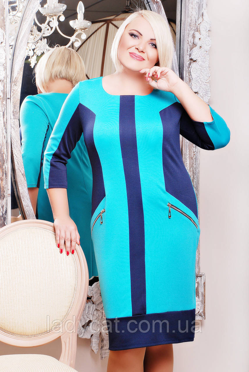 Бирюзовое женское платье декорировано темно-синими вставками