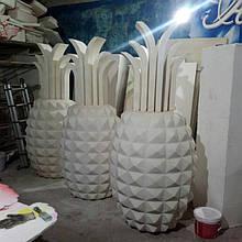 Ананас в производстве - после резки, поклейки листьев и шпаклевки