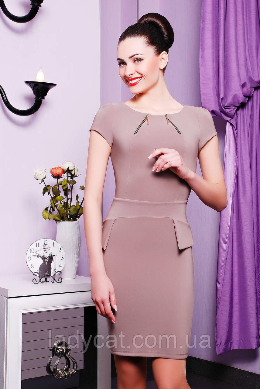 Классическое женское платье до колен с коротким рукавом бежевого цвета