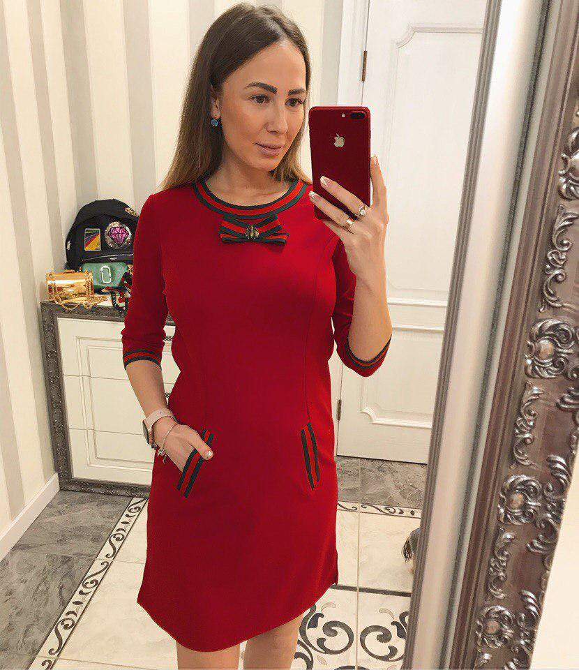 Красивое красное платье с декором под Гуччи