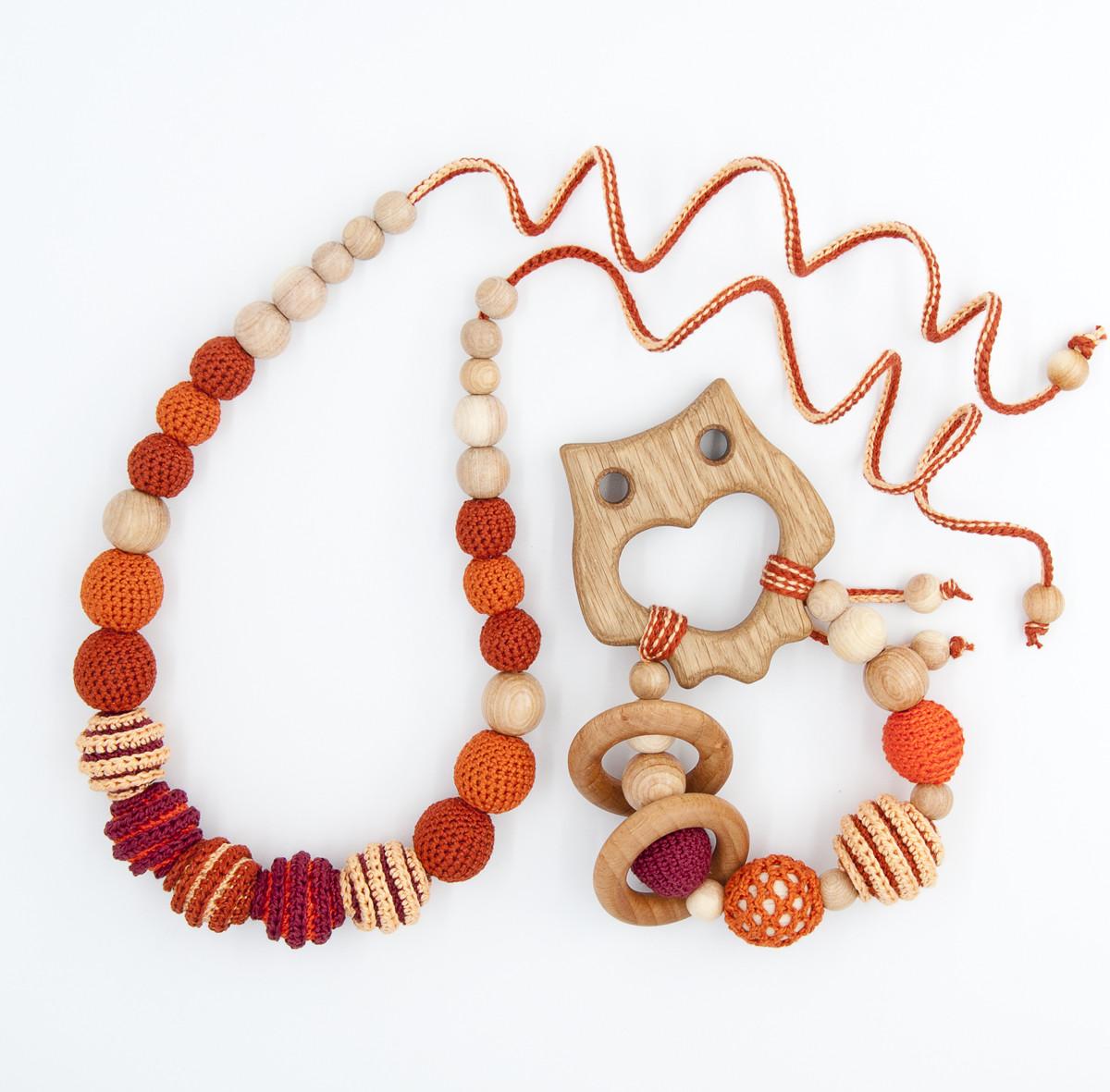 """Подарочный набор для мамы и малыша: слингобусы и грызунок Ярмирина """"Персики Совушка"""" можжевельник и дуб"""