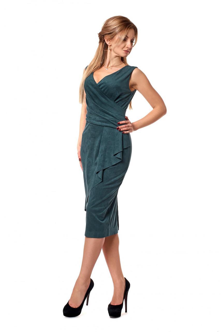Лаконичное приталенное платье без рукавов