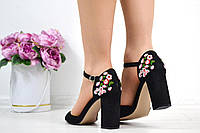 Женские замшевые босоножки чёрные с вышивкой на каблуках