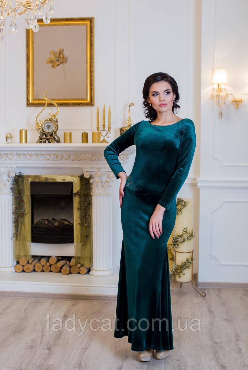 Облегающее зеленое велюровое платье в пол с гипюровой спинкой.
