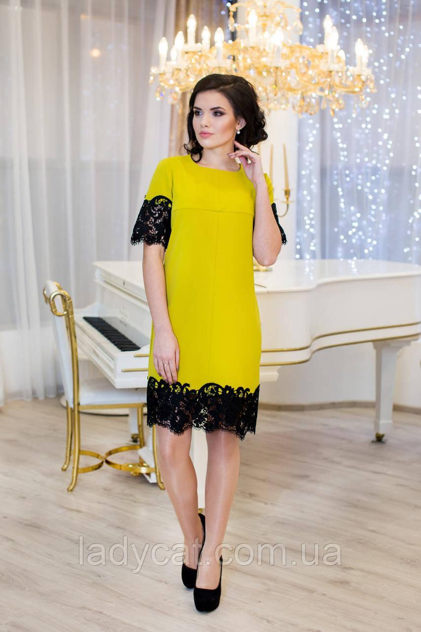 Женское платье с кружевом горчичного  цвета