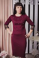 Трикотажный женский костюм бордового цвета, декорированный кружевом и жемчугом