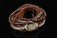 Браслет - часы женский на руку Enkianthus коричневого цвета, украшенный металлическими бусинами и переливающимися кристаллами