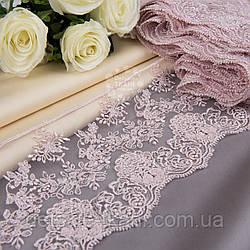 Кружево с вышивкой шёлковой нитью цвета пыльной розы, ширина 13 см.