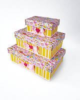 Прямоугольный комплект подарочных коробок ручной работы розово-жёлтого цвета с вкусняшками (капкейками)