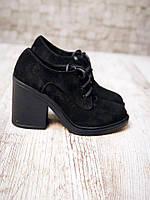 Женские замшевые черные туфли на каблуке.