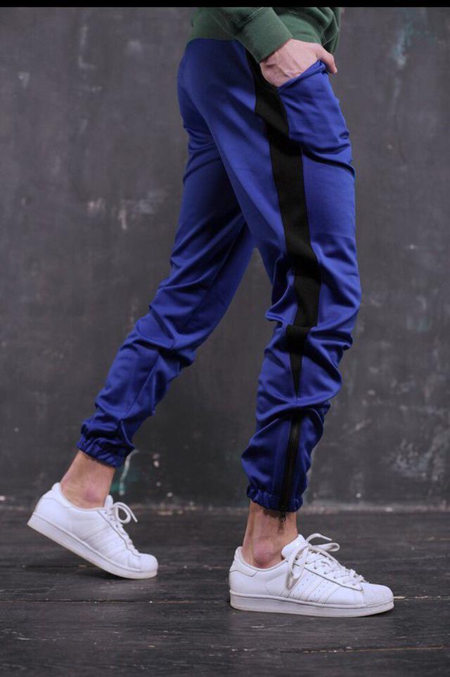 b17c4b911437 Мужские спортивные штаны синие с черными лампасами молодежные модные ...