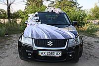 Украшение свадебного автомобиля фатином и зайчиками