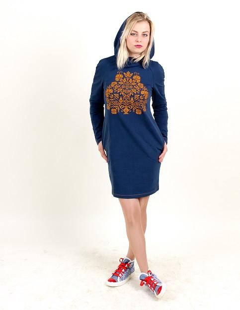 Трикотажное платье с капюшоном украшено машинной вышивкой