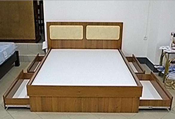 Кровати размером 160 и 180 комплектуются дополнительными пятыми опорами (дерево), которые крепятся к перемычкам основания матраца. Оптимальное сочетание используемых материалов обеспечивает высокое качество наших кроватей.