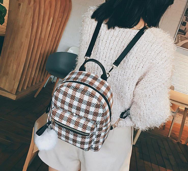 8c5cb07ee3285 ... Нежный женский городской рюкзак в клетку с помпоном Отличный подарок  второй половинке Недорого Код: КГ3941 ...