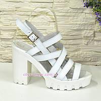 Женские белые кожаные босоножки на устойчивом каблуке