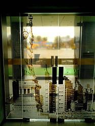 Дверь маятниковая из калёного стекла