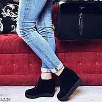 Черные ботинки на невысокой танкетке