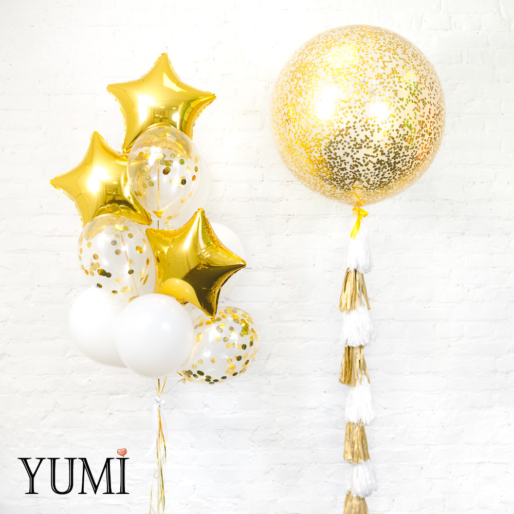Композиция из прозрачного гиганта с золотым конфетти и тасселом и связки из 3 золотых звезд, 4 белых и 3 с