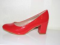 Женские красные лаковые туфли на устойчивом невысоком каблуке 35