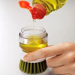 Использование щетки для мытья посуды с дозатором
