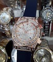 Женские часы Hublot 882888 115326 золотистые с белым циферблатом и календарем синий ремень