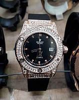 Женские часы Hublot 882888 115329 золотистые в стразах с черным циферблатом и календарем черный ремень