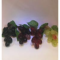 Искусственная гроздь винограда.