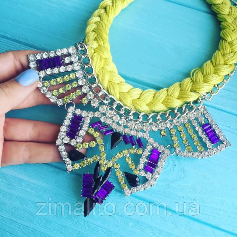 Колье серебристое Тхалиси с салатовой косой, фиолетовыми камнями и белыми стразами