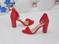 Женские босоножки красные замшевые на толстом каблуке с заклепками