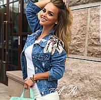 Женская джинсовая куртка с нашивкой и клепками, в моделях