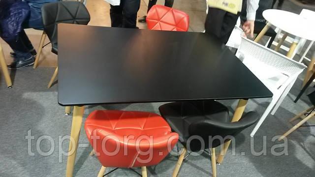 Красные стулья с черным столом