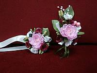 Свадебные бутоньерки для свидетелей (бутоньерка и цветочный браслет) розовые с бордовым и белым