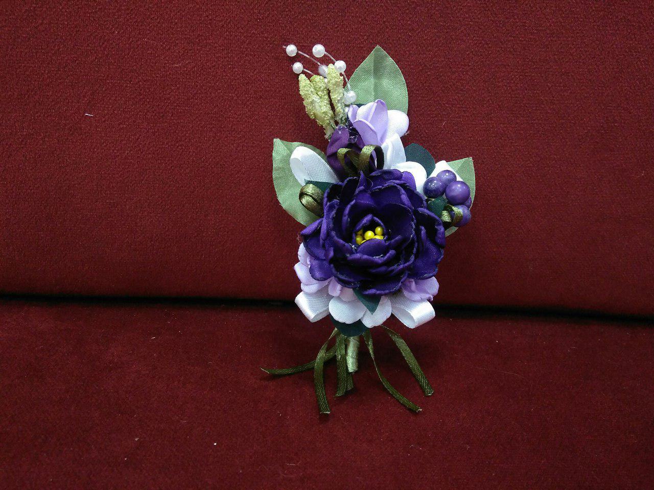 Свадебная бутоньерка фиолетовая с белым и сиреневым